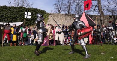 Slavnostní otevření hradu Hukvaldy pod taktovkou šermířů nalákalo stovky návštěvníků